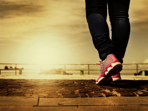 道を歩く、足だけ