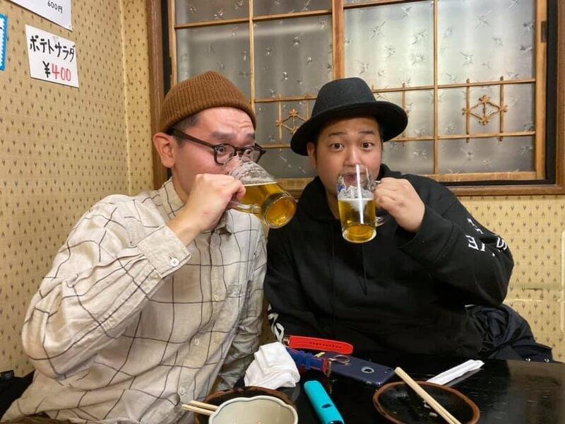 吉井川で飲む帽子ふたり