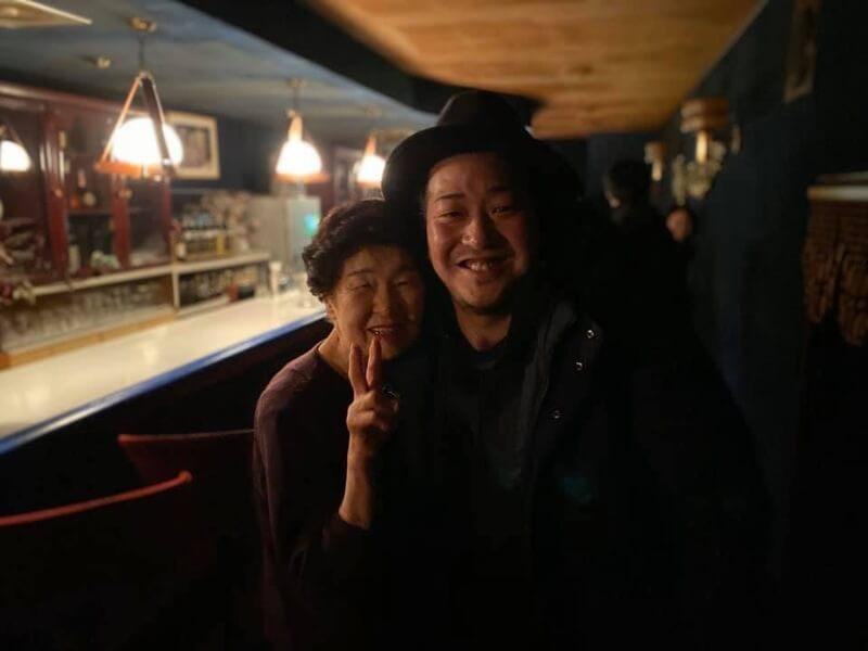 山小屋、スナックのママと写真撮った