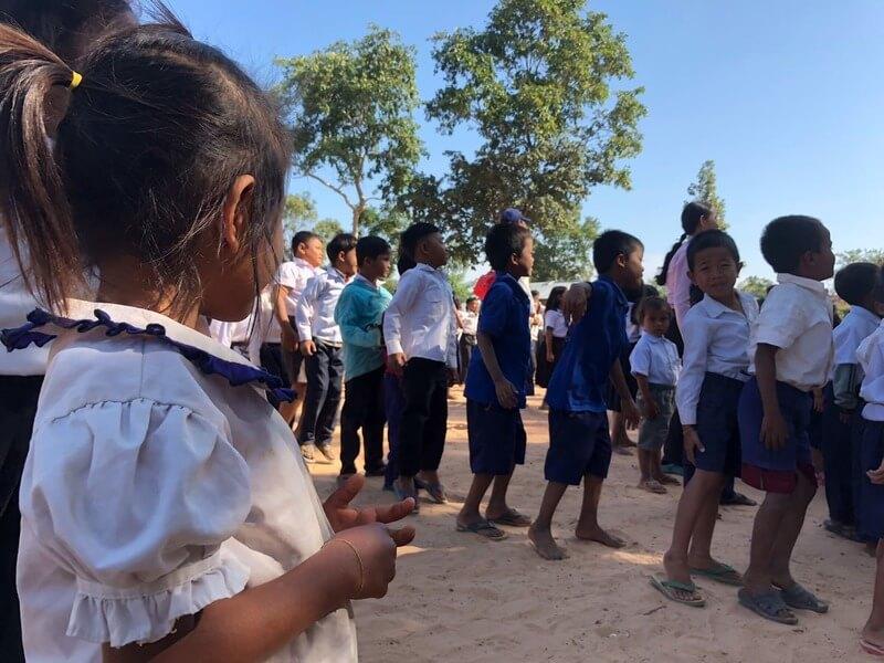 カンボジア滞在記、子供たちが並ぶ