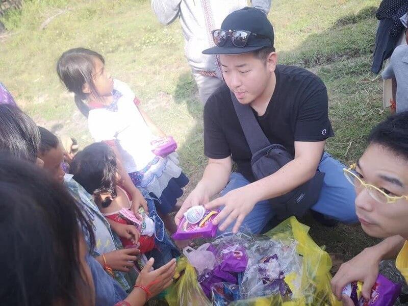 カンボジア滞在記、子供たちにプレゼントを渡す城地さん